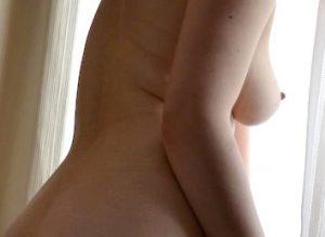 寂しい人妻全裸